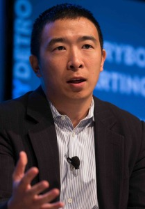Andrew_Yang_talking_about_urban_entrepreneurship_at_Techonomy_Conference_2015_in_Detroit,_MI_(cropped)